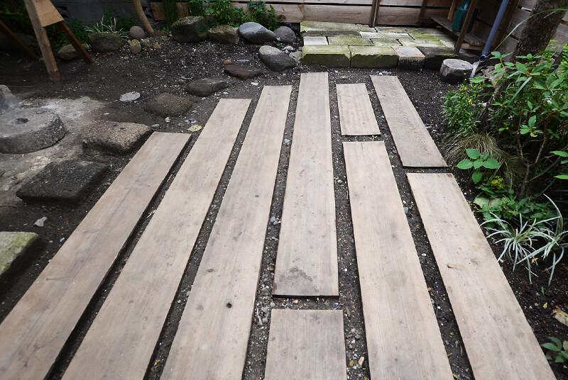 枕木をイメージした庭の板。これがあることで、ずいぶん庭が歩きやすくなっています