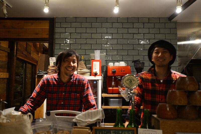 赤いチェックシャツはお揃いではありません、と笑う中田さん、谷さん
