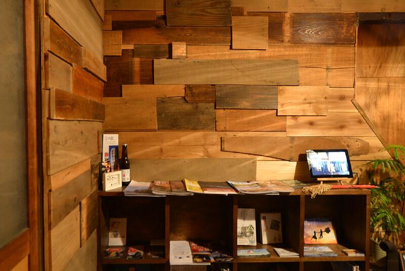 ランダムに木材を貼って味わい深い壁
