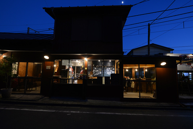 夜のカフェ・ヨリドコロ