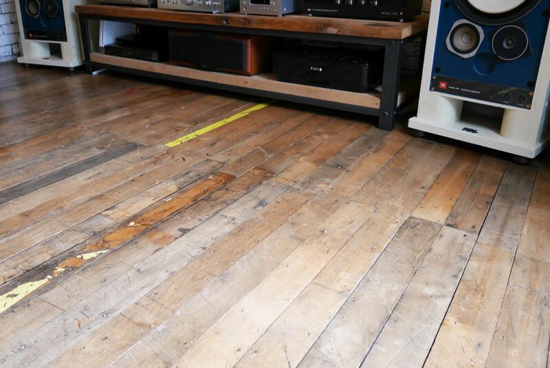 独特の色合いやテープの跡がドラマを感じさせる。実際に工場で使われた床材を使用