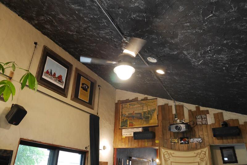 モルタルを重ね塗りした壁と天井