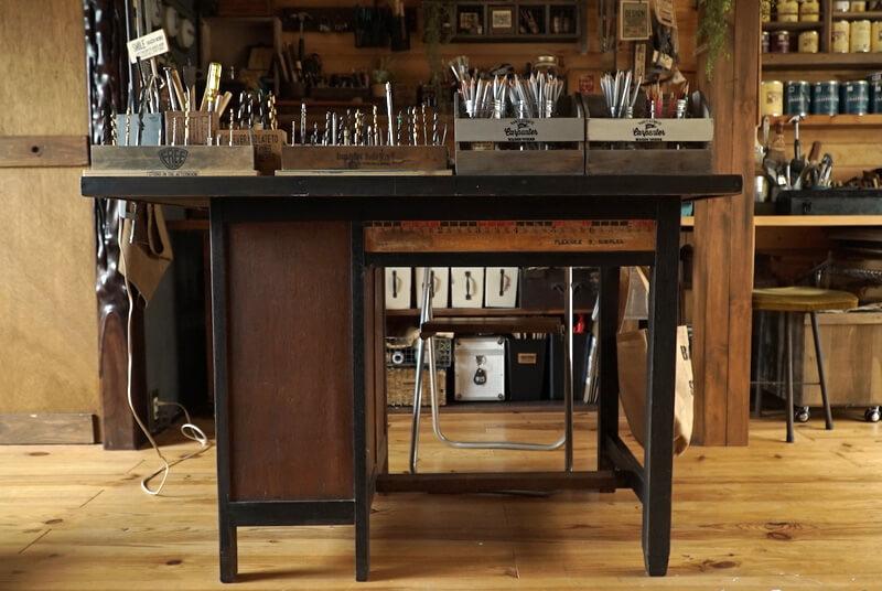 アトリエの中心に置かれた机もリメイク品