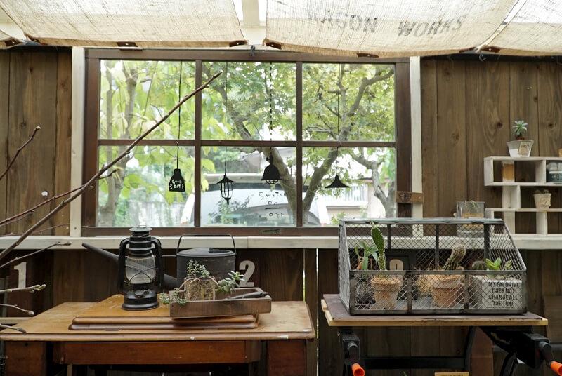 優しい木漏れ日がふりそそぐ窓辺にはお気に入りの小物を飾って