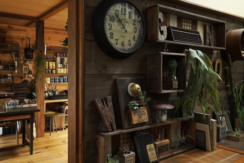 懐かしい雰囲気が漂う玄関のオブジェたち
