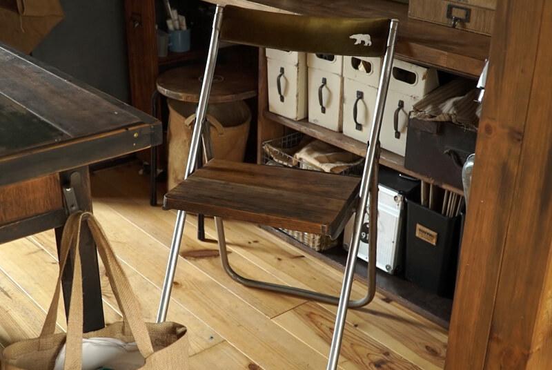 椅子のリメイク第1号。布張りだった座面は外し、ペイントした木材に変更