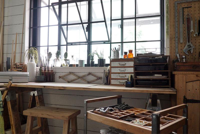木製の窓枠。サイズきっちりに測って木材を組み、ペイントして嵌め込んだ