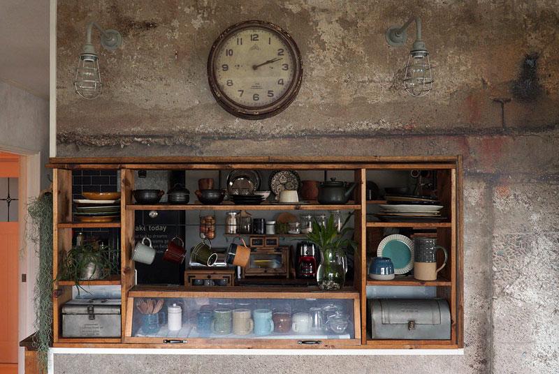 リビング側から見たキッチンの様子。ディスプレイ収納が活きて、どちらから見ても様になる。奥の出窓周りもぬかりない