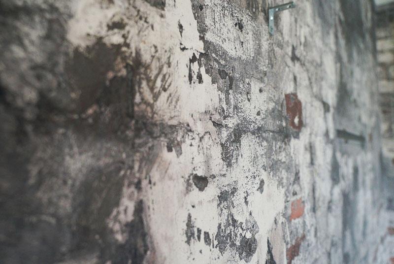 アトリエの一面の壁紙は不均質なレンガ調。