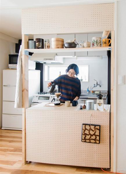 キッチンのカウンターをピラーブラケットで造作
