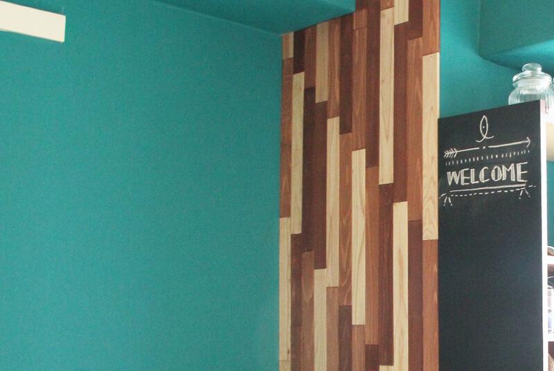 あまった木材をボンドで壁に貼り付けて