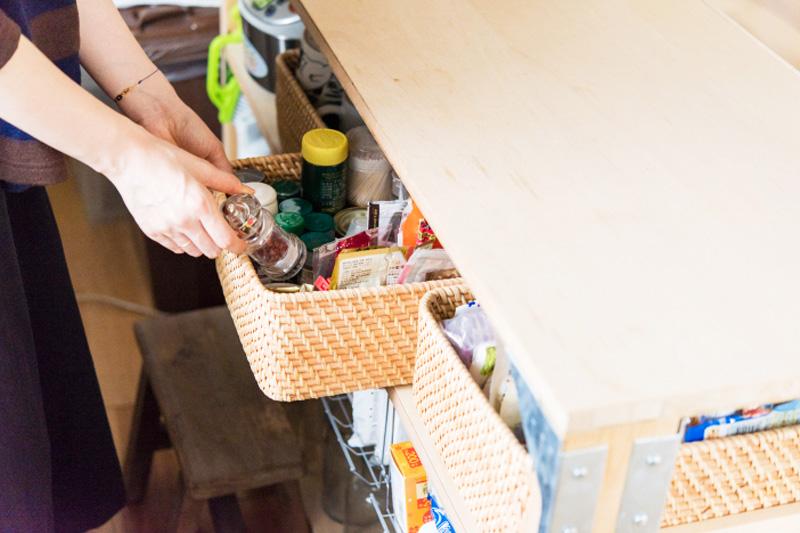 カウンター下にも収納を作り、こまごまとした食材や調味料などをストック