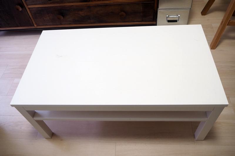 白い清潔感のあるシンプルなテーブル