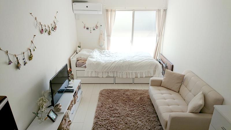 白い家具を中心に揃えられ、広くて清潔感のある部屋