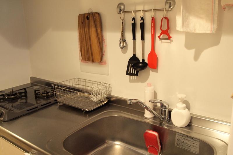 吊り下げ収納を利用したキッチン