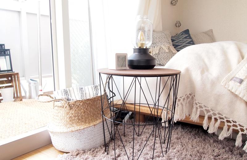 サイドテーブルとかごとランプ