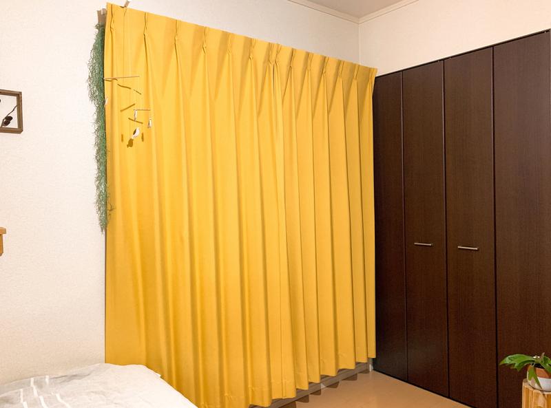 温かみを感じさせる暖色系のカーテン