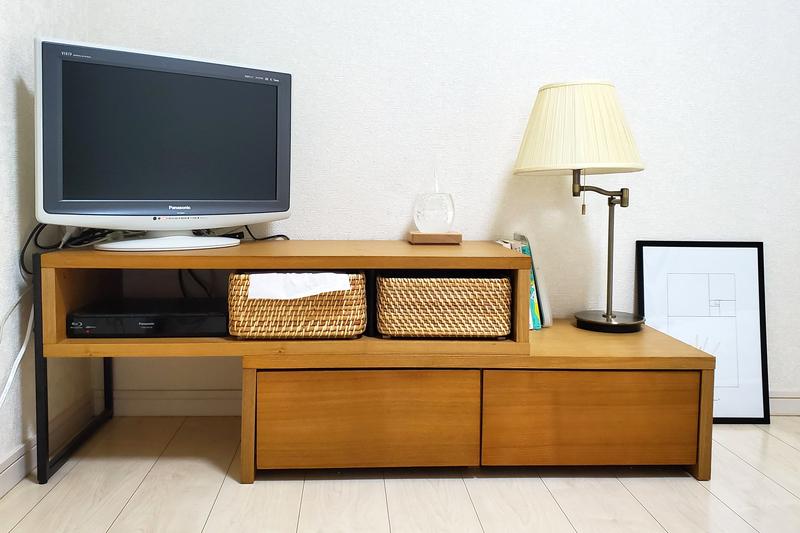 アイアンと木のデザインのテレビ台