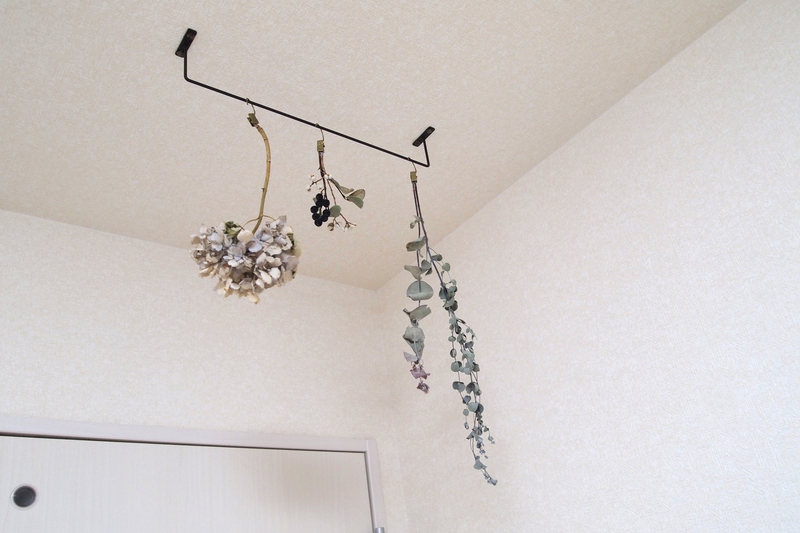 天井から吊るしたドライフラワー