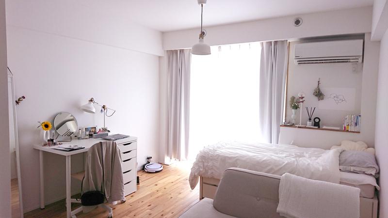 木床と白が調和する部屋