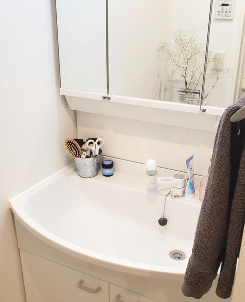 小物の容器を取り替えて統一感のある洗面所