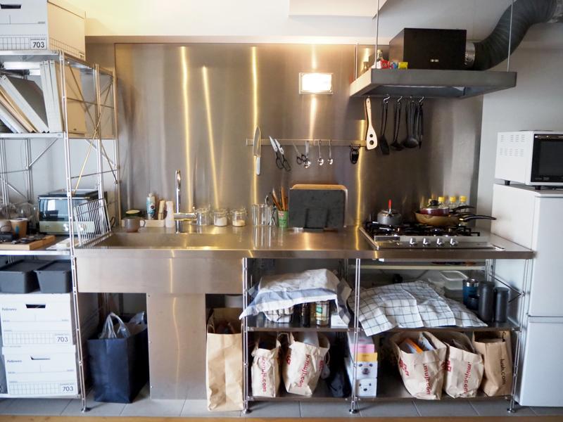 オープンラックの広いキッチン