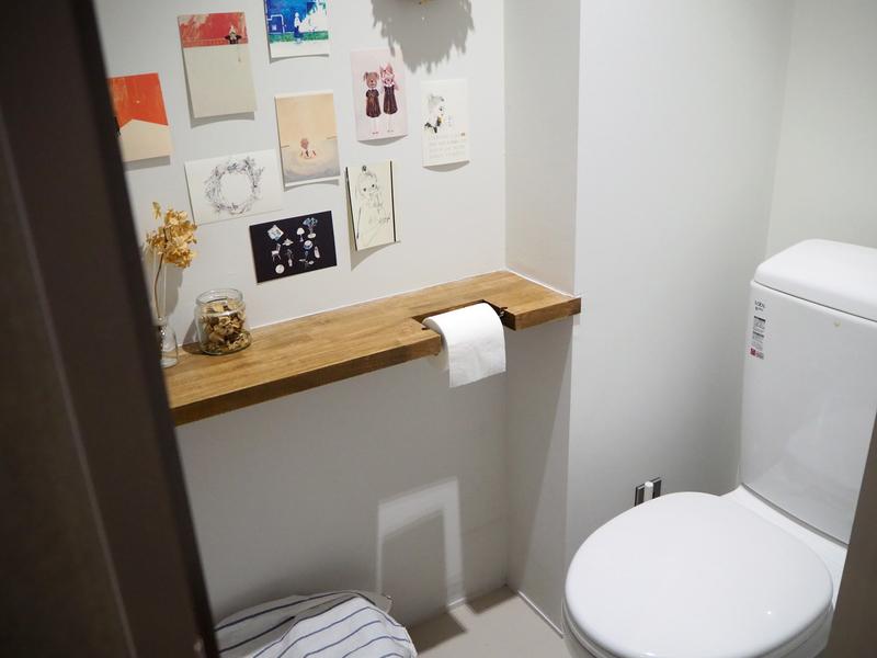 ポストカードを貼ったトイレ