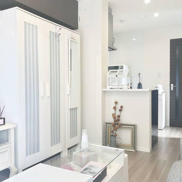 白い壁と白い家具で統一された部屋