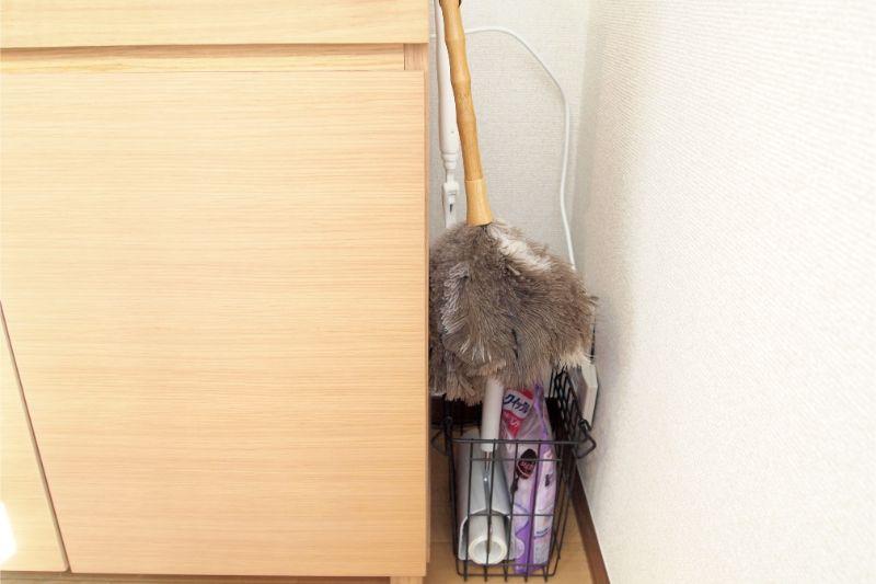 スペースを上手く使った掃除用品置き場