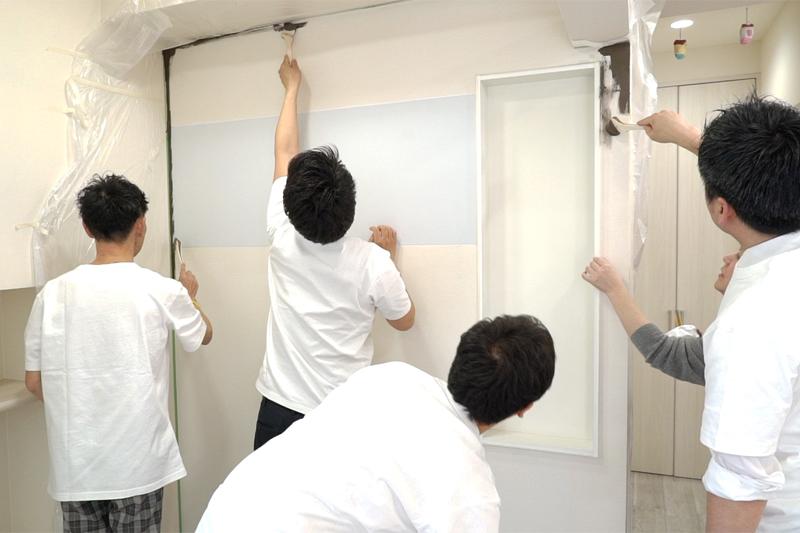 黒板塗料を塗る写真