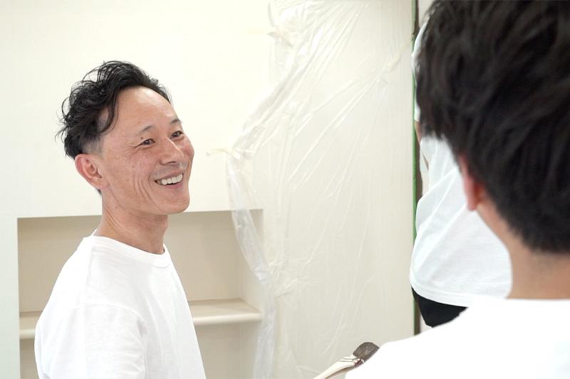 作業する社員の笑顔写真