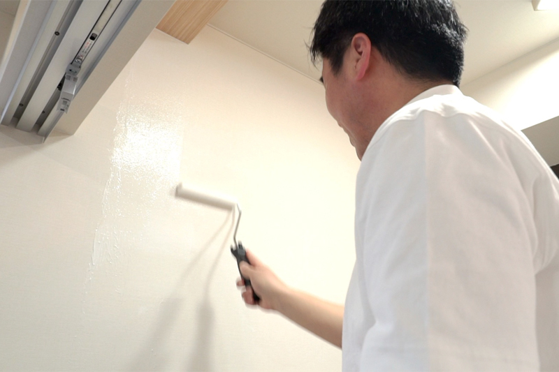 壁紙用の糊を塗る写真