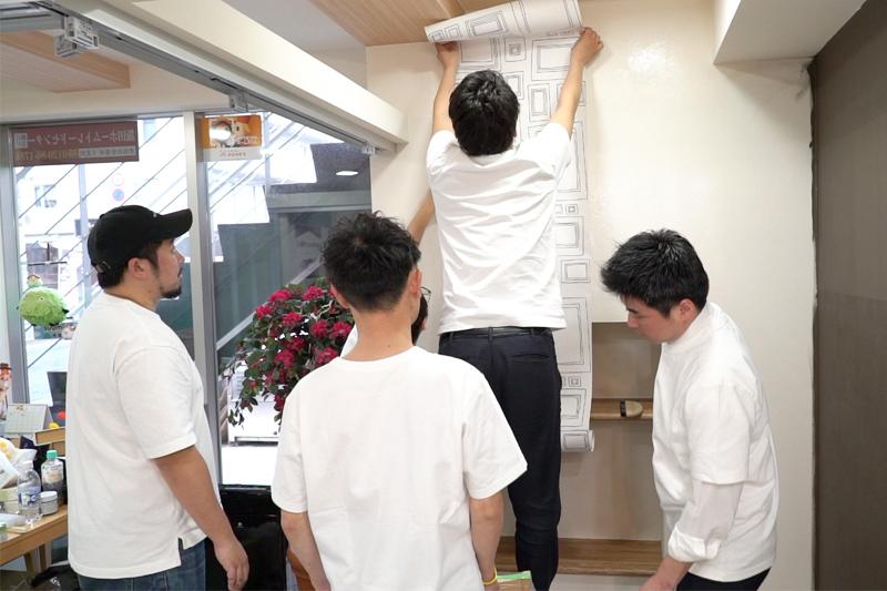 壁紙を貼る写真