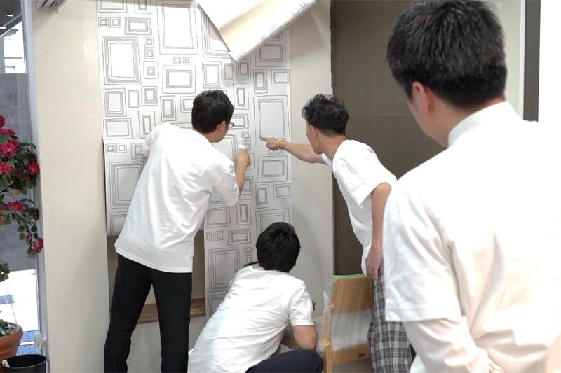 貼った壁紙を確認する写真