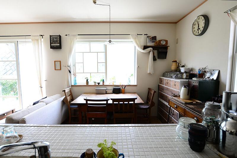 キッチンの天板を白タイルに変更
