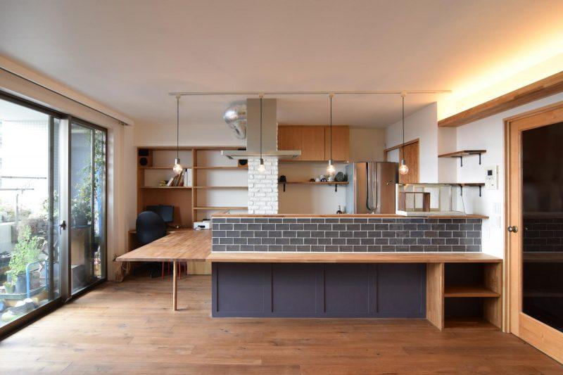 異なった質感のタイルを組み合わせてリノベーションしたキッチン