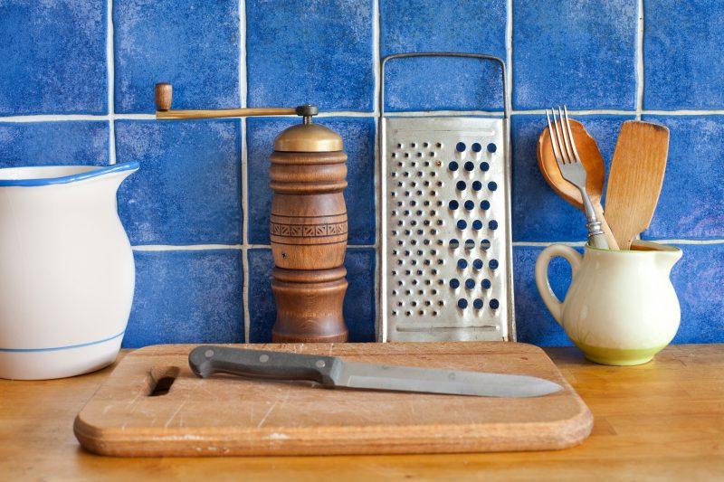 鮮やかな青のレトロなキッチン