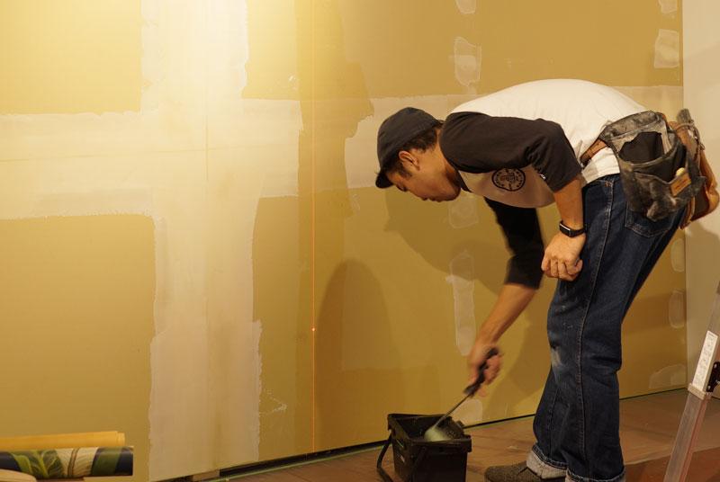 壁に糊を塗る