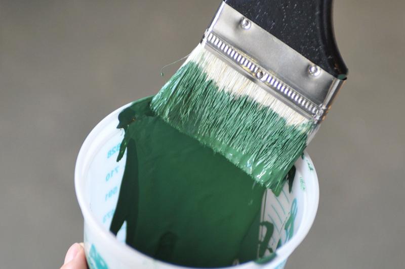 刷毛にペンキをつける