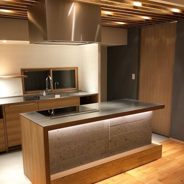 部屋の中で大きな面積を占めるキッチン
