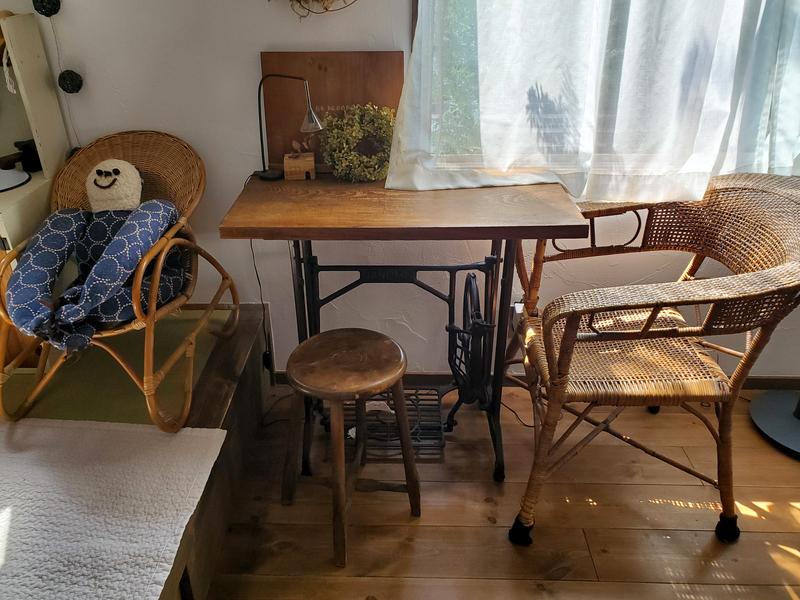 ラタンの年季が入った椅子
