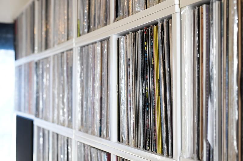 棚に並ぶレコード