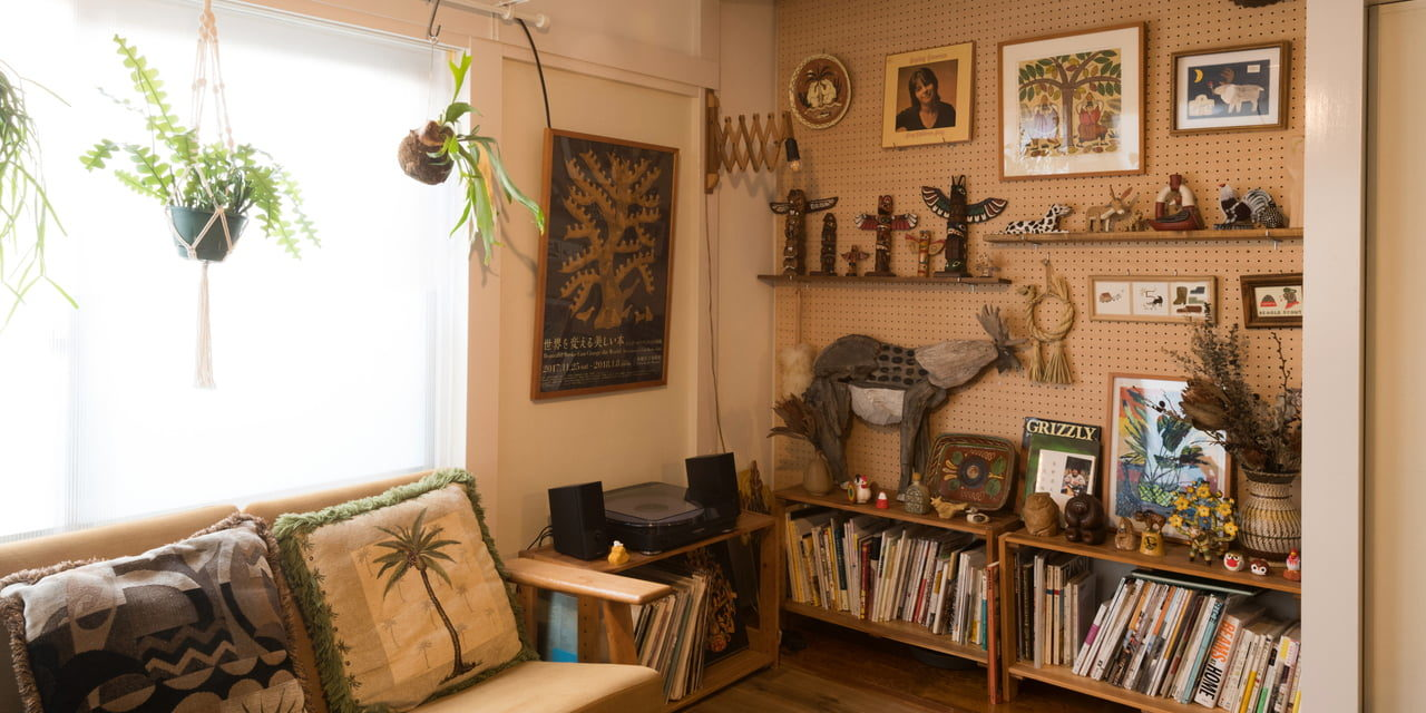 あの人の偏愛部屋 vol.5|ぬくもりと色合いを存分に楽しむ!木彫りの置物愛が過ぎる部屋(オカタオカさん)