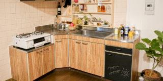 賃貸のお悩み解決-お助けDIY Vol.1 |レトロなキッチンをカフェ風に!1×4材と木目調シートで原状回復可能なDIY