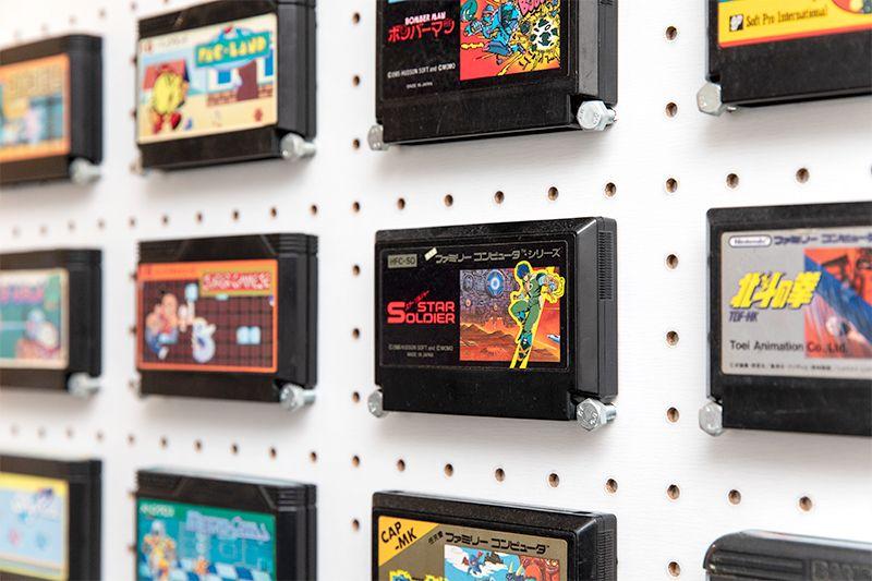 壁に飾ったゲームカセット