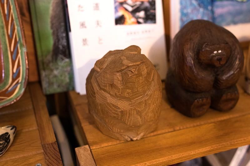 柴崎重行さんの木彫り熊