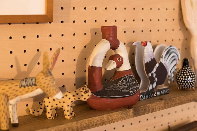 棚に飾られた木彫りの置物