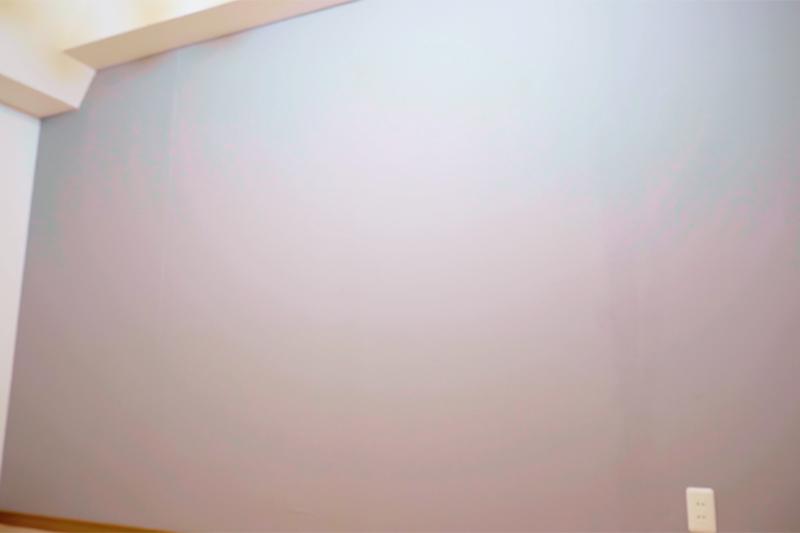 壁紙を貼り終えた寝室の壁