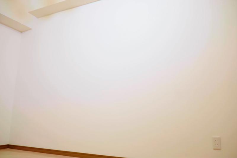 壁紙を貼る前の寝室の壁面