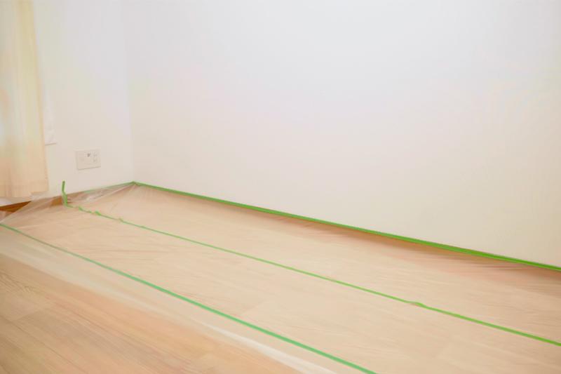 部屋の床をマスカーテープで保護